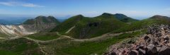 久住山山頂にて、左に少し噴煙の上がる硫黄山から三俣山、天狗ガ城、中岳、遠方に大船山、右に稲星山