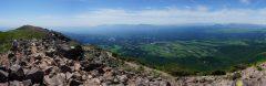 久住山山頂にて久住高原の向こうの祖母傾山系から阿蘇山にかけてのパノラマ。左は稲星山