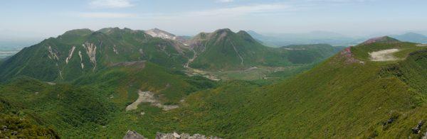大船山で見る九重連山。左から稲星山、久住山、中岳、天狗ガ城、星生山、三俣山、坊がつるを挟んで北大船、平治岳