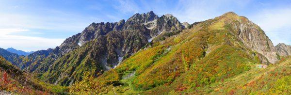 池の平小屋トラバース道でみる平の池周辺の紅葉と八ツ峰から北方稜線の荒々しい岩峰群。左遠景は針ノ木岳。(2017/10/05)