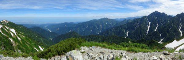 奥大日岳山頂にて、剱岳から延びる早月尾根、その先に早月川から広がる富山平野。左は大日岳。(2015/07/25)