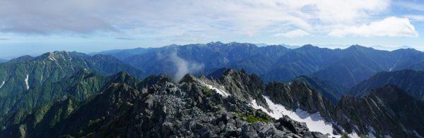 剱岳山頂にて、八ツ峰の向こうに連なる後立山連峰の名峰。左は毛勝三山。(2015/07/27)