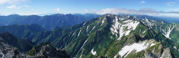 剱岳山頂にて、後立山連峰爺ガ岳から室堂にかけてのパノラマ。針ノ木峠の先に富士山も見える。右下は平蔵の頭。(2015/07/27)