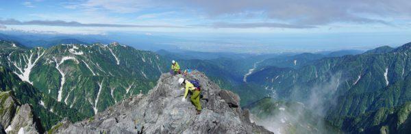 剱岳山頂にて、眼下にガスで霞む早月尾根の先、早月川から富山平野まで見渡せる絶景。左は大日三山、左下に平蔵の頭。(2015/07/27)