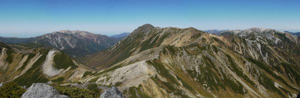 ワリモ岳にて、目指す水晶岳。左に薬師岳、右には野口五郎岳