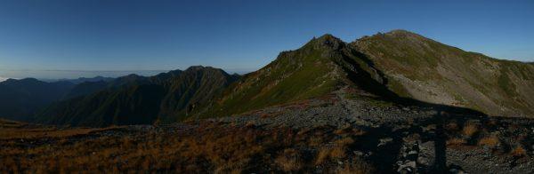 丸山で見る悪沢岳。その左遠方に赤石岳。