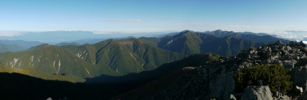 悪沢岳の北西側、中央アルプスから、塩見岳、間ノ岳、農鳥岳、奥秩父方面のパノラマ