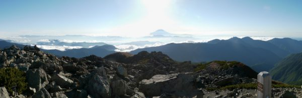 悪沢岳の東側、奥秩父の山から富士山、笊が岳、青薙山にかけてのパノラマ