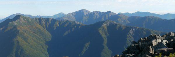 悪沢岳山頂にて、左から塩見岳に被さる仙丈ヶ岳、甲斐駒ヶ岳、間ノ岳、西農鳥岳、農鳥岳、手前の稜線に蝙蝠岳、右遠方に鳳凰三山、右端に辻山