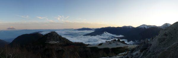 薬師岳での夕暮れ、右から北岳、間ノ岳、農鳥岳、荒川岳、富士山のパノラマ。左手前に花崗岩の砂払岳と辻山(2019/10/31)