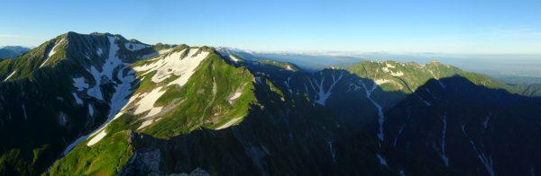 前剱への登山道で振り返り見る別山から大日三山。大日岳の山腹に影剱(2015/7/27)