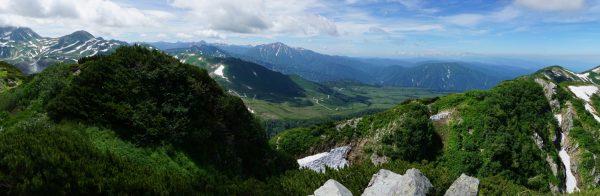 奥大日岳山頂にて立山から弥陀ヶ原、中大日岳にかけてのパノラマ