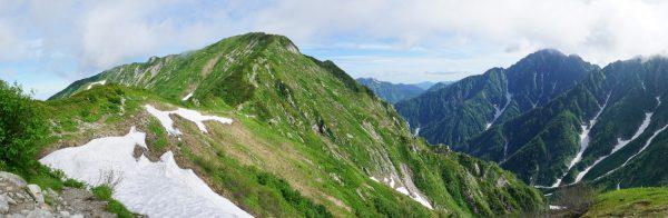 カガミ谷乗越にて目指す奥大日岳と雲の取れ始めた剱岳