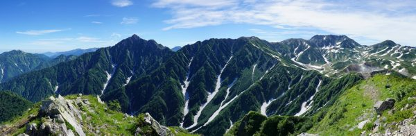 奥大日岳最高点にて早月尾根から聳える剱岳から立山にかけてのパノラマ(2015/7/26)