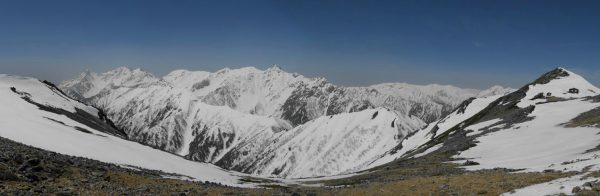 大天井岳登山道で見る槍穂連峰。右に大天井岳と大天荘(2010/5/6)
