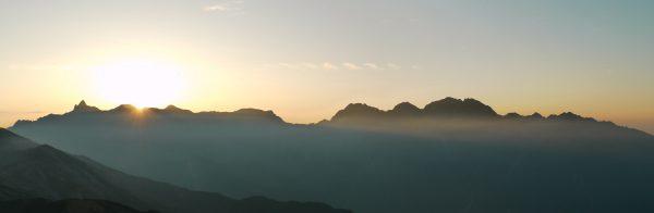 笠ヶ岳山荘で見る槍穂連峰大喰岳付近からの日の出(標準28㎜撮影写真をパノラマ風にトリミング、撮影は2009/8/26)