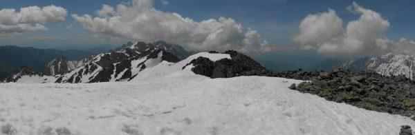 大喰岳山頂にて、大滝山から奥穂高岳、笠ヶ岳方面にかけてのパノラマ