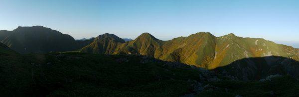 百間平付近にて右から大沢岳、中盛丸山、重なっている小兎岳と兎岳、そして目指す聖岳