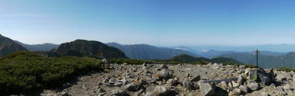 中盛丸山山頂にて左の聖岳稜線に見えている上河内岳から兎岳、その右わきに光岳。写真の右端に恵那山