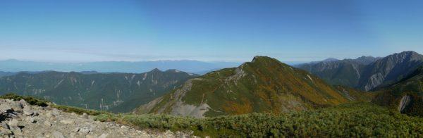 中盛丸山山頂にて左遠方に恵那山から中央アルプス、手前に大沢岳その遠方に南アルプス北部の山から荒川岳