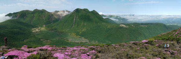 平治岳山頂で望むくじゅう連山。ミヤマキリシマの後景にあるのが三俣山(2012/6/10)