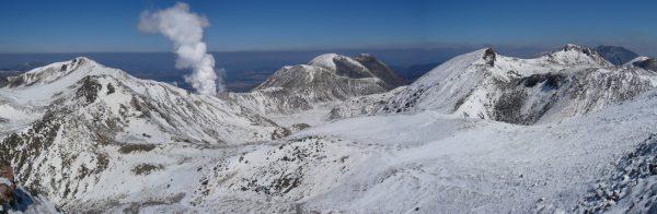 久住山山頂にて左に星生山から噴煙の硫黄山、三俣山、天狗ヶ城、中岳にかけて(2008/03/08)