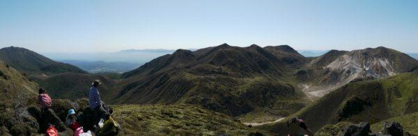 三俣山Ⅳ峰にて、左に大船山から白口岳、中岳、天狗ヶ城、久住山、星生山にかけて