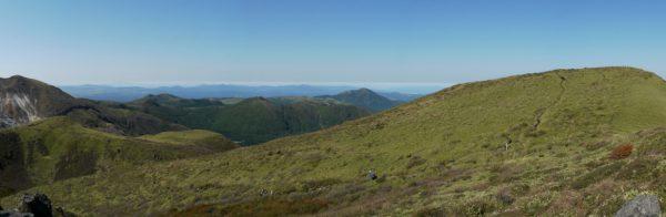 三俣山Ⅳ峰にて、左に星生山から黒岩山、涌蓋山、右に三俣山本峰