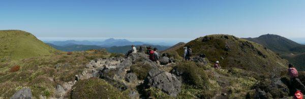 三俣山Ⅳ峰にて、左に三俣山本峰から遠方に由布岳、三俣山南峰の向こうに大船山