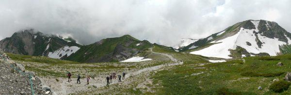 白馬山荘にて雲のかかる杓子岳から丸山、旭岳へのパノラマ。丸山の下に白馬岳頂上宿舎。