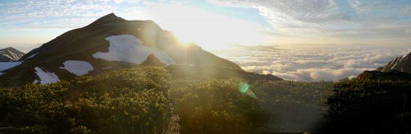 丸山にて、白馬岳の稜線に昇る太陽と雲海。雲海の右遠方にかすかに見えているのは浅間山。