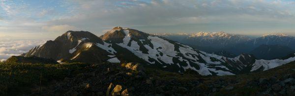 丸山にて、杓子岳から白馬鑓ヶ岳、遠方に立山剣岳、毛勝三山までのパノラマ