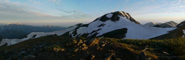 丸山にて、遠方の毛勝三山から手前に旭岳、そのわきに朝日岳と雪倉岳