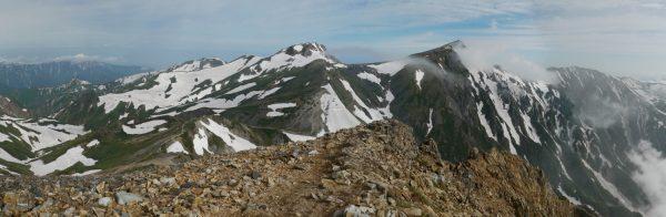 杓子岳にて左遠方に僧ヶ岳方面から旭岳、白馬岳、小蓮華山にかけてのパノラマ