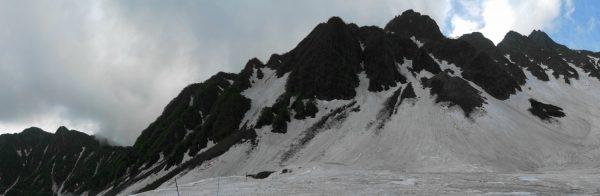 残雪の涸沢で見る前穂高岳から屏風の頭