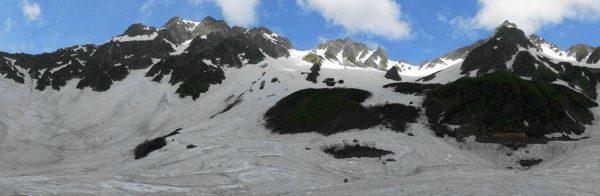残雪の涸沢で見る奥穂高岳、涸沢岳、北穂高岳