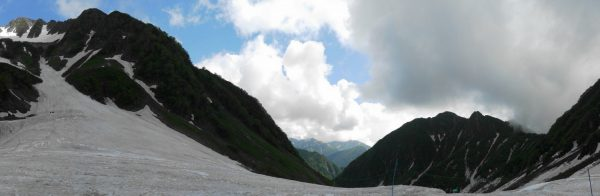 残雪の涸沢で見る北穂高岳東陵から屏風の耳にかけてのパノラマ