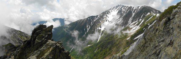 八本歯のコル-トラバース道分岐間で見る間ノ岳と中白根山