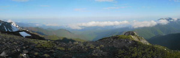 中白根山にて三峰岳から仙丈ケ岳にかけてのパノラマ。三峰岳の左奥に塩見岳、中央アルプスは雲に隠れているのが残念。