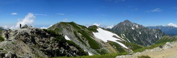 剱御前小舎裏山にて剱御前から剱岳にかけてのパノラマ。右遠方は後立山連峰白馬岳