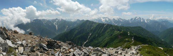 爺ヶ岳南峰で見る蓮華岳から針ノ木岳、立山三山、剱岳にかけてのパノラマ。鳴沢岳は中央に三つ並んだ真ん中のピーク。(2012/07/26)