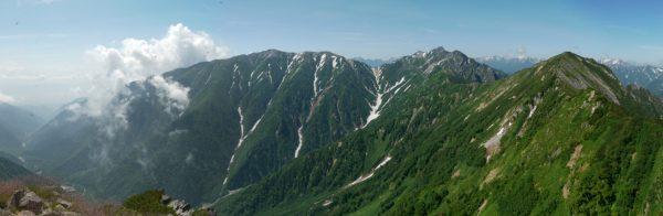 鳴沢岳にて蓮華岳から針ノ木岳、赤沢岳へのパノラマ。左下に見えるのは扇沢ターミナルの駐車場。