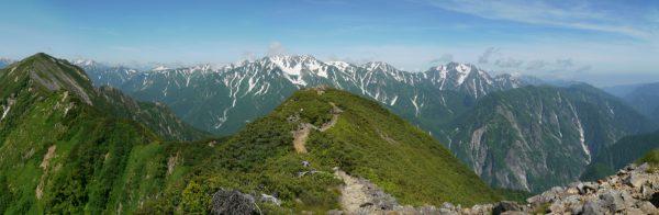 鳴沢岳にて赤沢岳から立山三山、剱岳にかけてのパノラマ。剱岳の右手前は黒部別山。