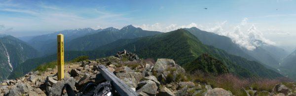 鳴沢岳にて黒部谷から後立山連邦の爺ヶ岳にかけてのパノラマ。爺ヶ岳の手前の山は岩小屋沢岳。