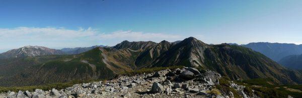 三俣蓮華岳にて目指す鷲羽岳から水晶岳。左に薬師岳、その手前に雲の平