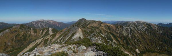 鷲羽岳山頂にて左に薬師岳、中央の水晶岳、右に野口五郎岳の山並み
