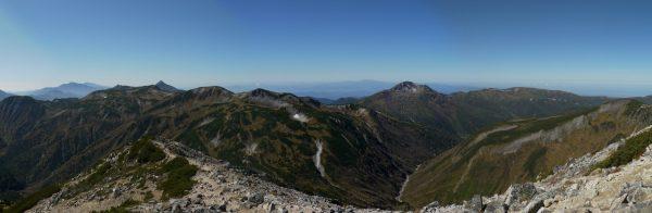 鷲羽岳山頂にて左遠方の乗鞍岳から尖った笠ヶ岳、なだらかな三俣蓮華岳、黒部五郎岳、北ノ俣岳