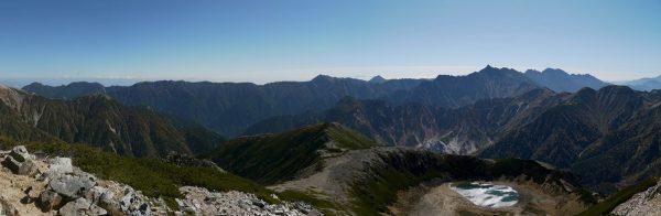 鷲羽岳山頂にて左の唐沢岳から表銀座の燕岳、大天井岳、突き出て見える常念岳、そして槍穂高連峰。その手前に見えているのは鷲羽池